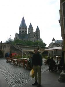 Al in fron of church, Metz